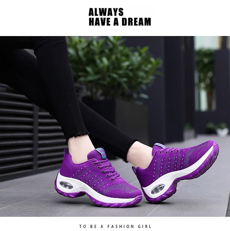 紫色氣墊鞋模特展示